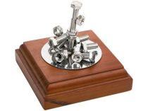 Композиция «Эстетика металла». Подставка с магнитом позволяет создавать любые комбинации из прилагающихся болтов и гаек купить